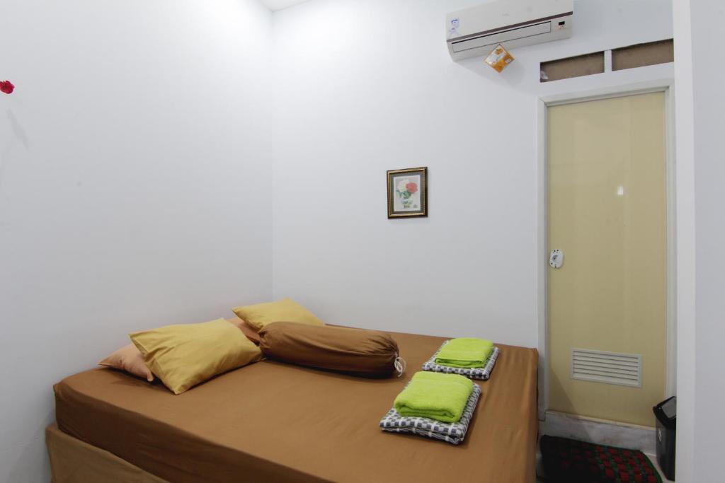 Tempat tidur dalam kamar di Tiga Dua Homestay