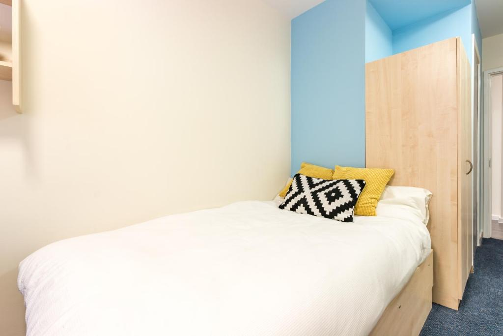 A bed or beds in a room at Modern Student-Only Ensuite Rooms in Manchester City Centre