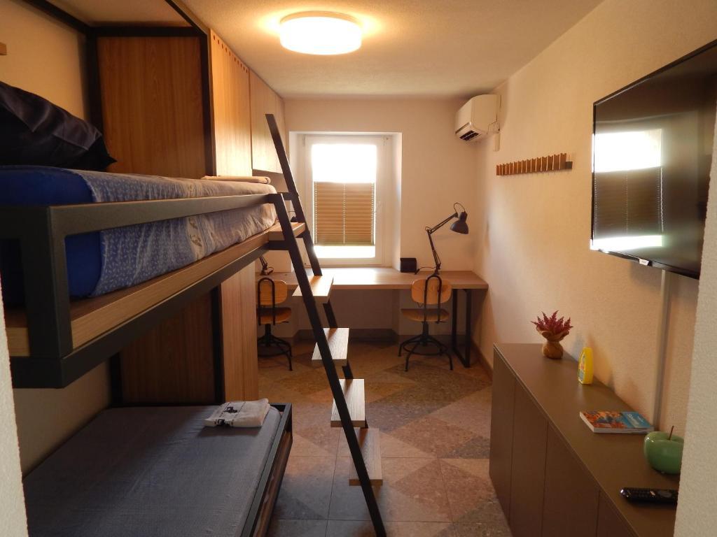 Pograd oz. pogradi v sobi nastanitve Gianni Rooms