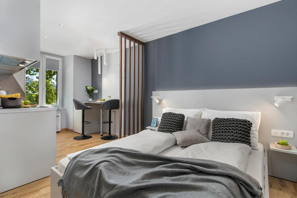 Ein Bett oder Betten in einem Zimmer der Unterkunft Apartments InCenter