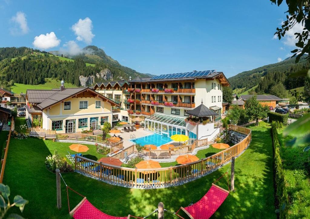 Ein Blick auf den Pool von der Unterkunft Hotel Guggenberger oder aus der Nähe