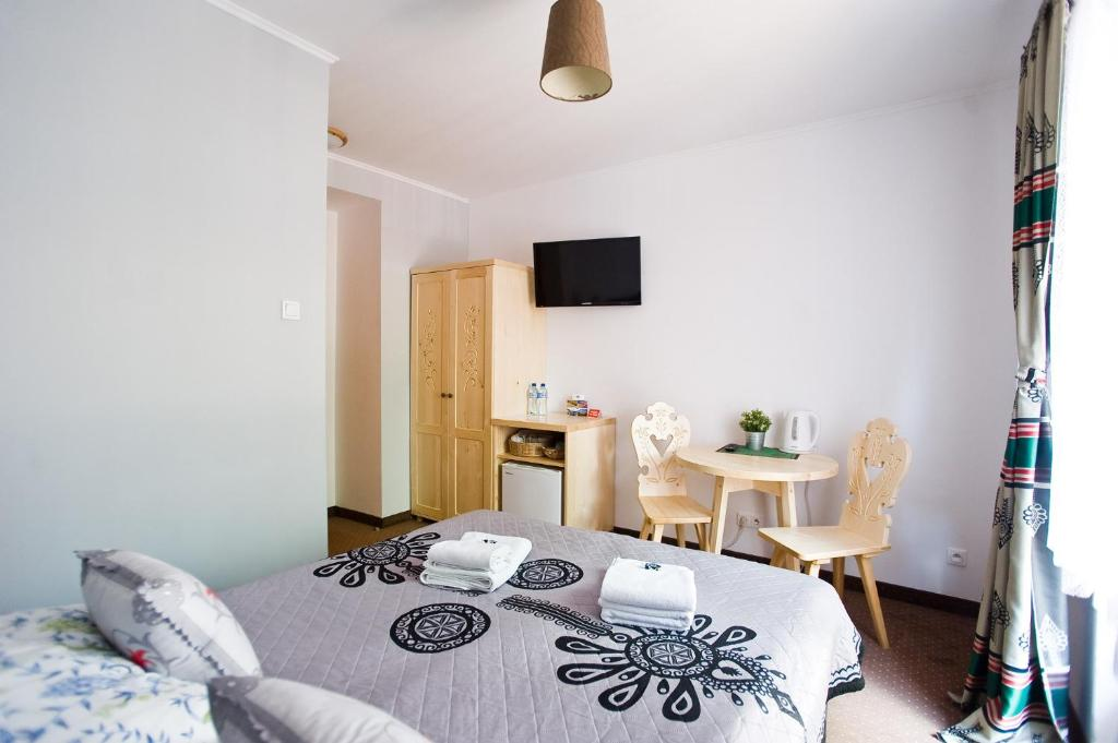 A bed or beds in a room at Willa Cicha Woda Centrum