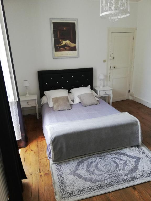 A bed or beds in a room at Appartement place Clemenceau.. hypercentre