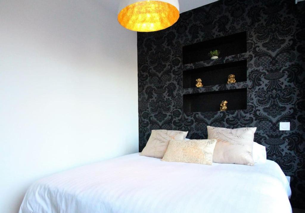 A bed or beds in a room at Art Bay appartement (Parking)