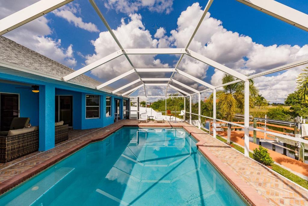 Der Swimmingpool an oder in der Nähe von Villa Candy