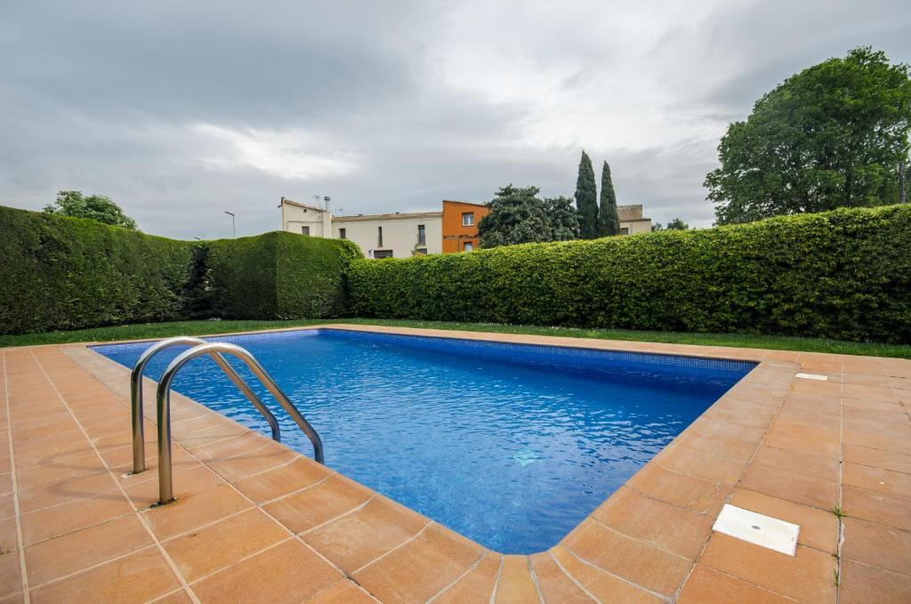 The swimming pool at or near Casa con piscina y parking en Girona