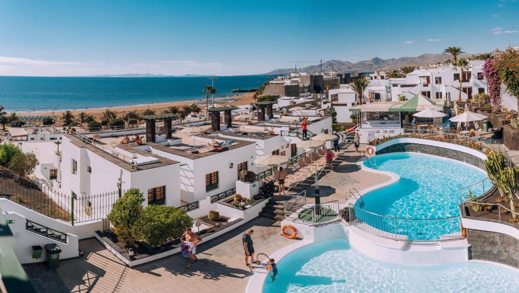 Vista sulla piscina di Apartamentos Moraña o su una piscina nei dintorni