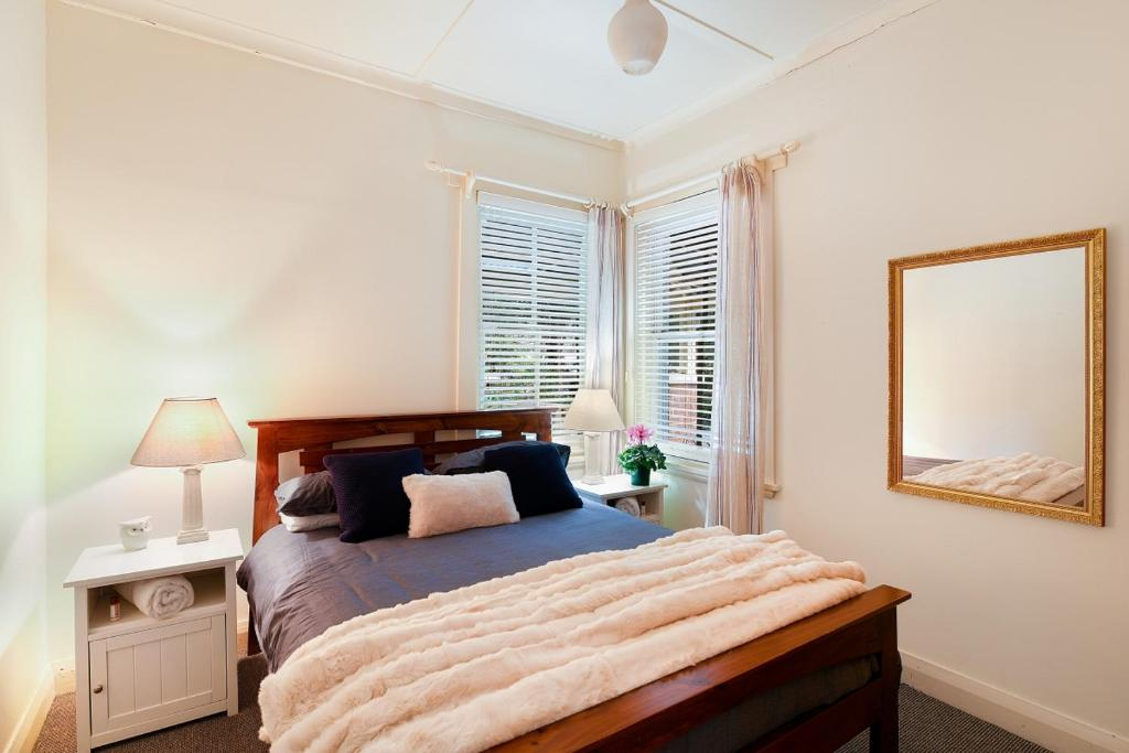 A bed or beds in a room at Peppercorn Cottage