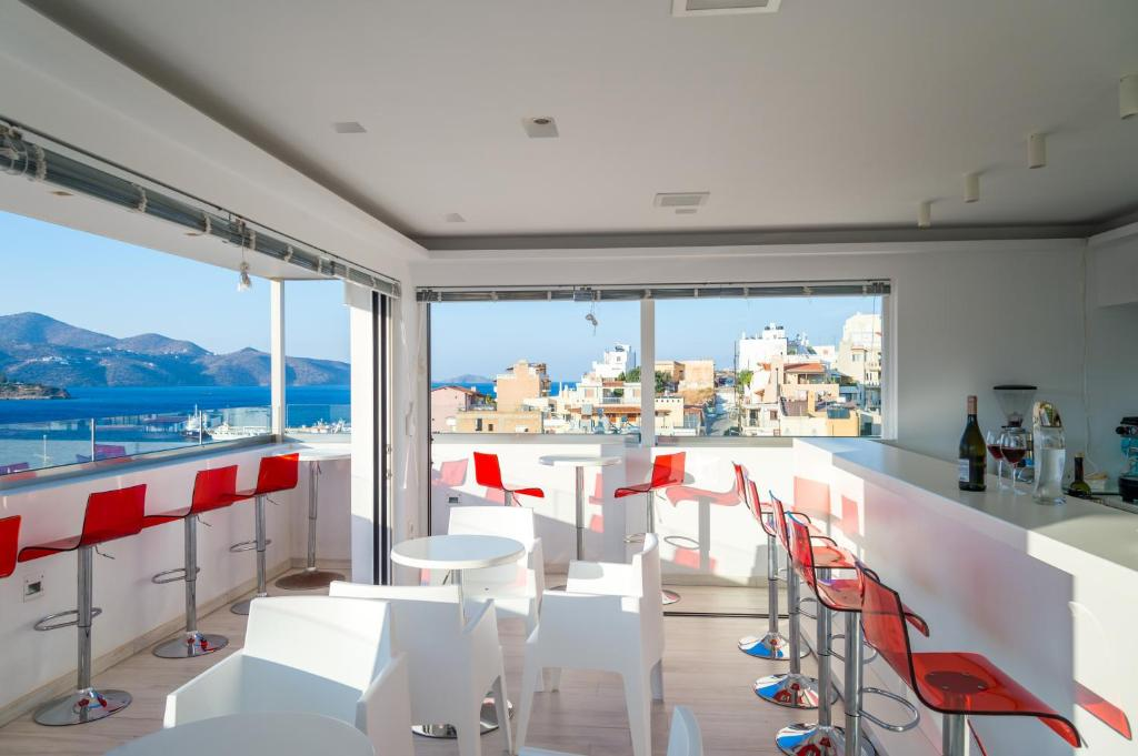 A restaurant or other place to eat at Ikaros Art Hotel