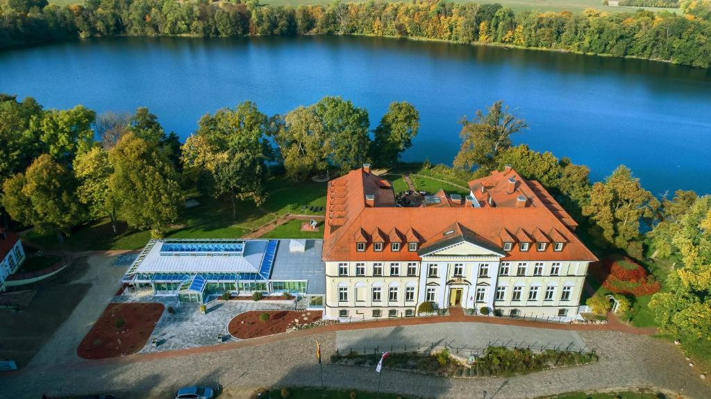 Blick auf Seeschloss Schorssow aus der Vogelperspektive