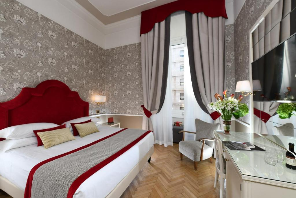 A bed or beds in a room at Bettoja Hotel Massimo d'Azeglio