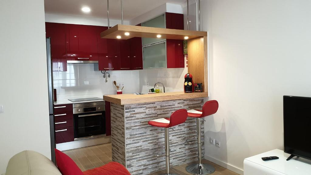 A kitchen or kitchenette at Parede Flats