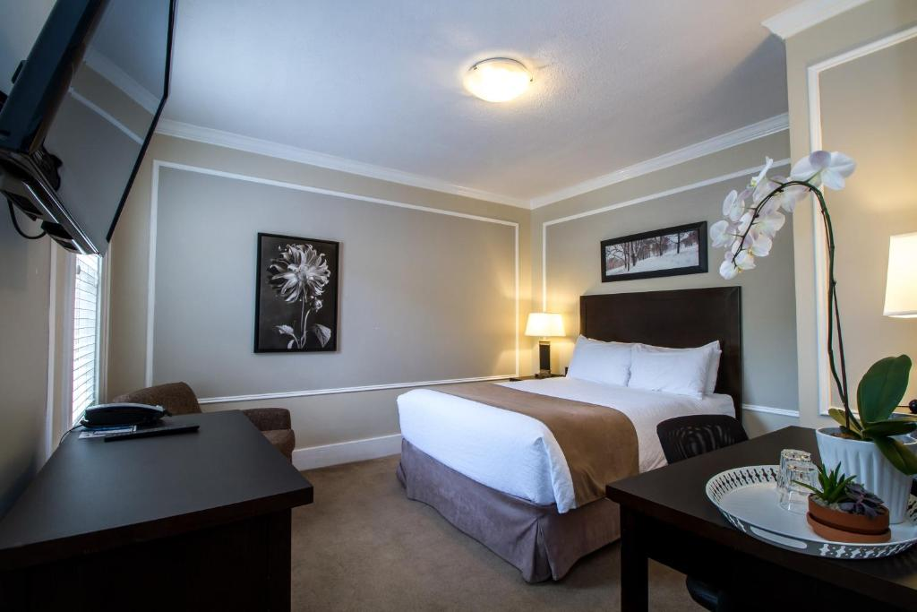 A bed or beds in a room at Regent Hotel Revelstoke