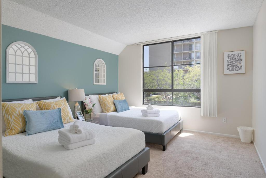 A bed or beds in a room at WALK TO GASLAMP & CONVENTION SUITE