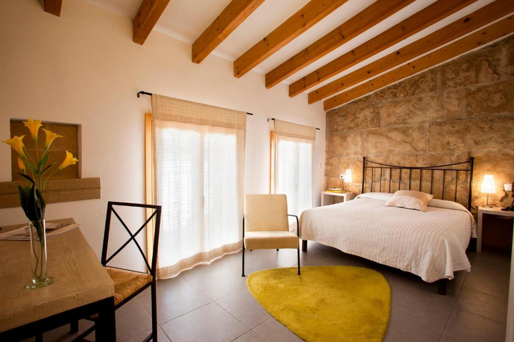 A bed or beds in a room at L´Hostal- Hotel D´Interior
