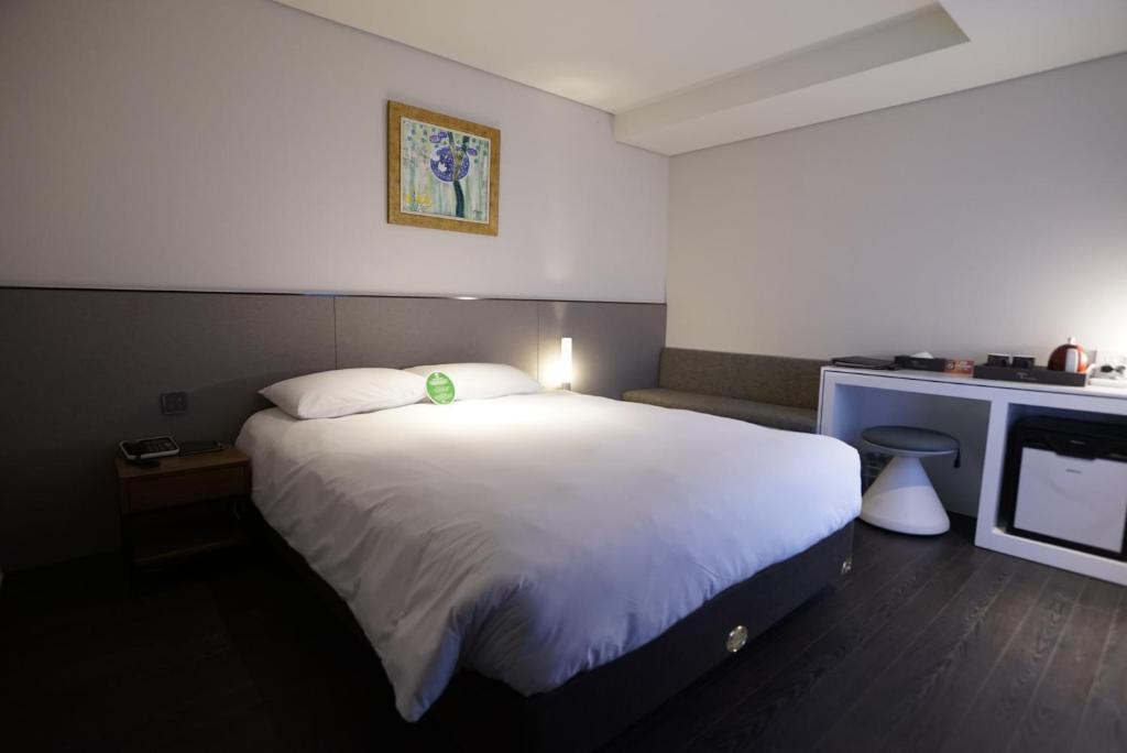 A bed or beds in a room at Hotel Thomas Myeongdong