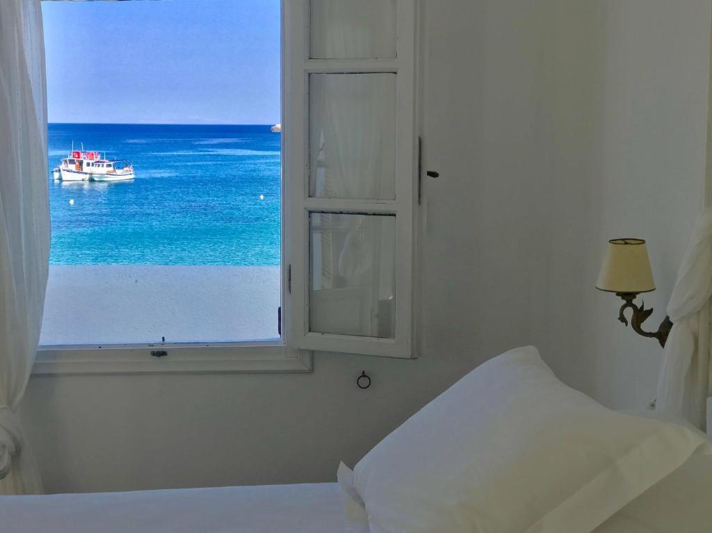 Кровать или кровати в номере Aeolos Beach Hotel
