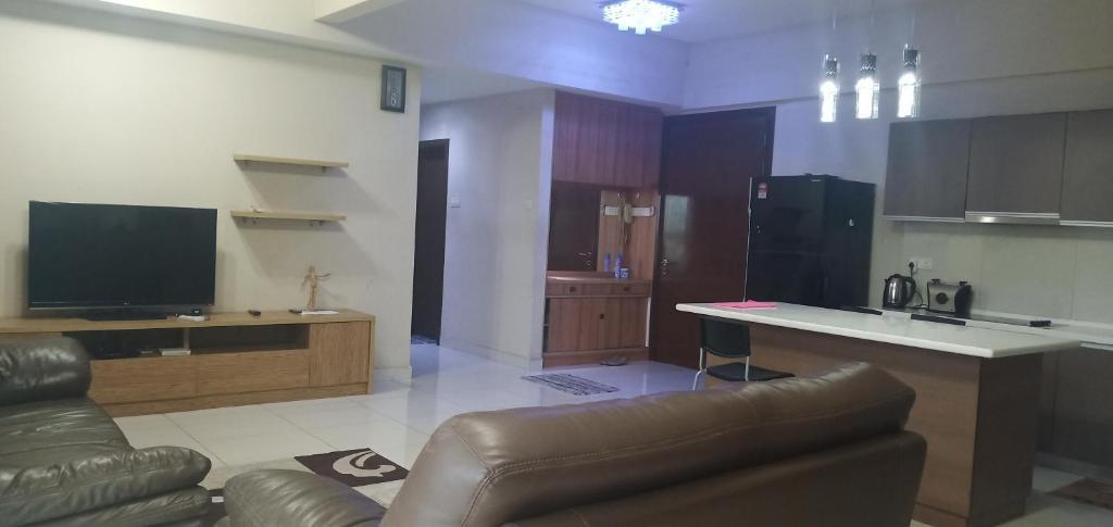 مطبخ أو مطبخ صغير في Regalia Suite with Infinity Pool @ KL