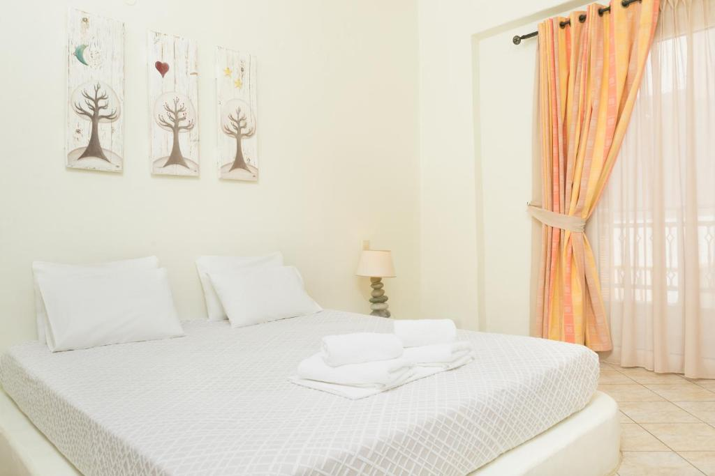 A bed or beds in a room at Sunshine Matala
