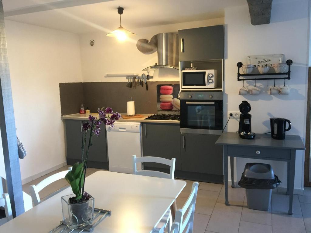 A kitchen or kitchenette at Gite le Ramonètage