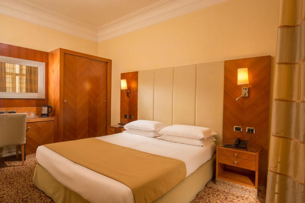 Cama ou camas em um quarto em Hotel Opera Roma