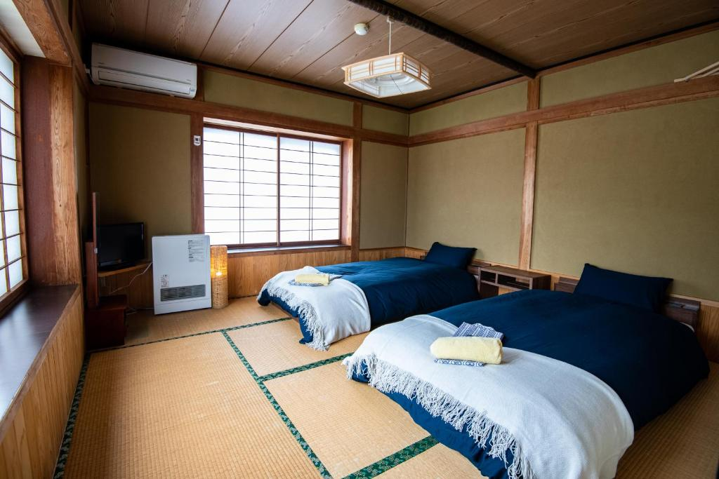 A bed or beds in a room at Toemu Nozawa