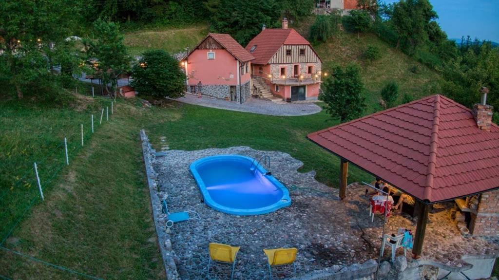 Pogled na bazen v nastanitvi Vintage villa with swimming pool,sauna.... oz. v okolici