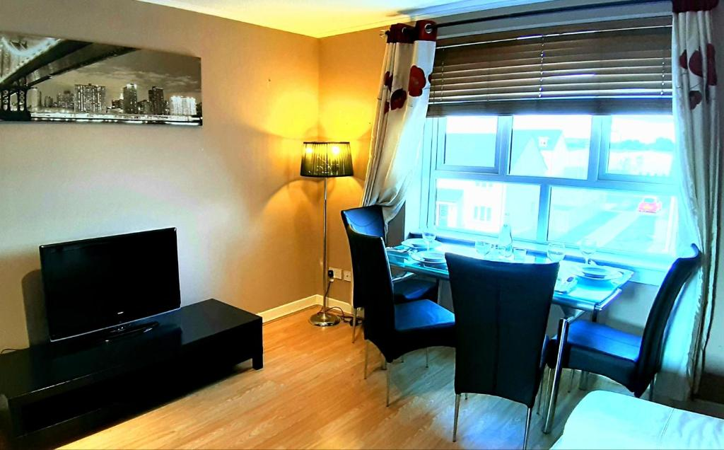 A television and/or entertainment center at LILY'S FABULOUS APARTMENT GLA-AIRPORT & CITY