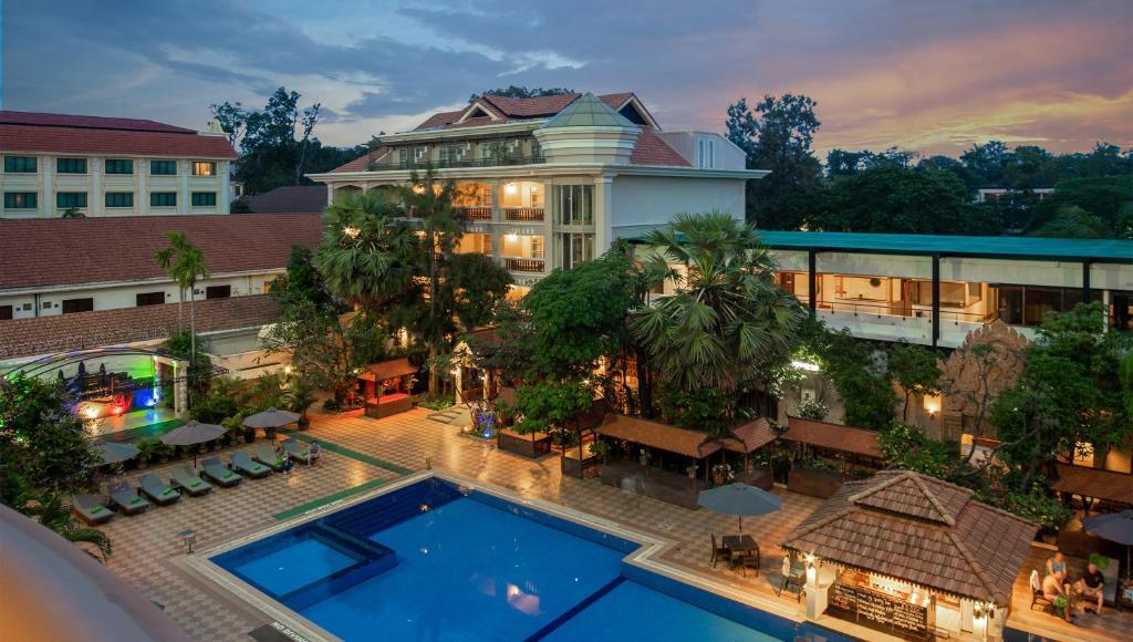 Vista de la piscina de Somadevi Angkor Premium o alrededores