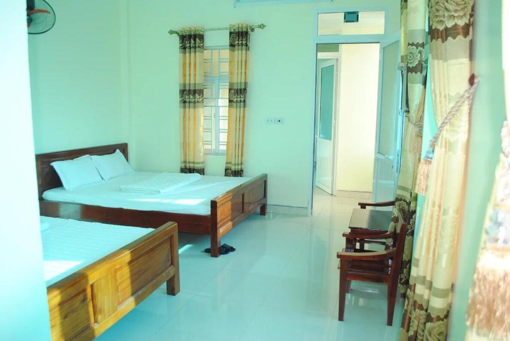 Un pat sau paturi într-o cameră la Hotel thi hoà bái đính