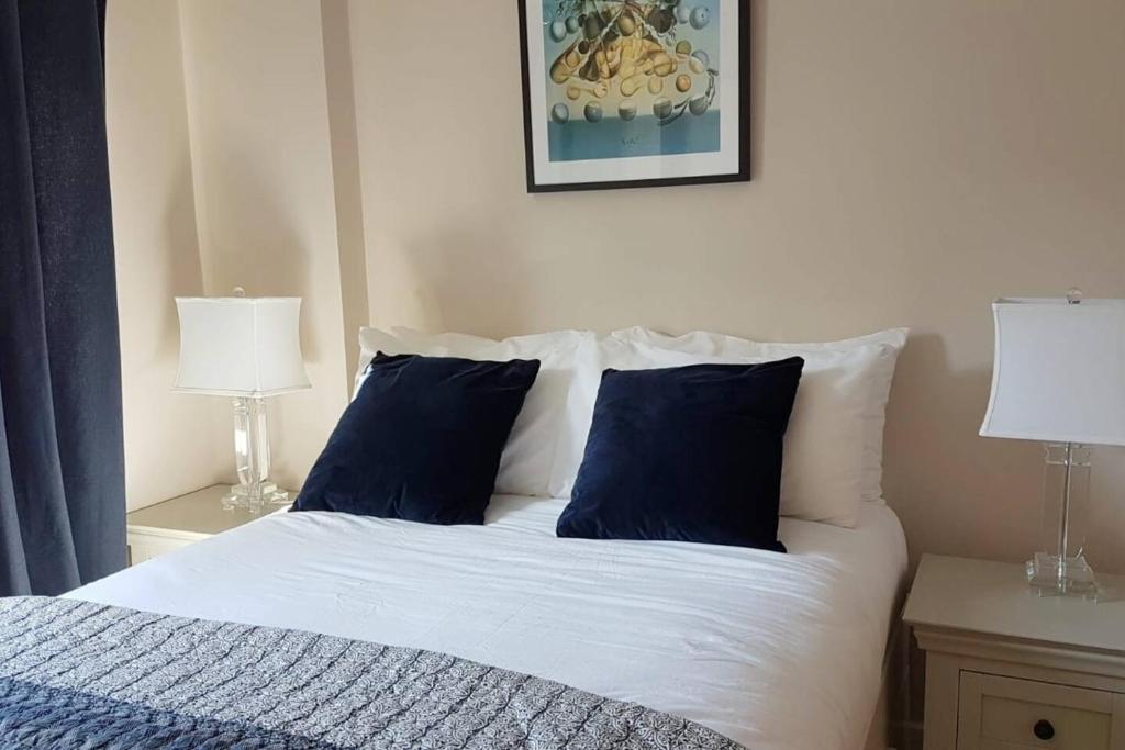 A bed or beds in a room at Prime Location for Principality & City Centre