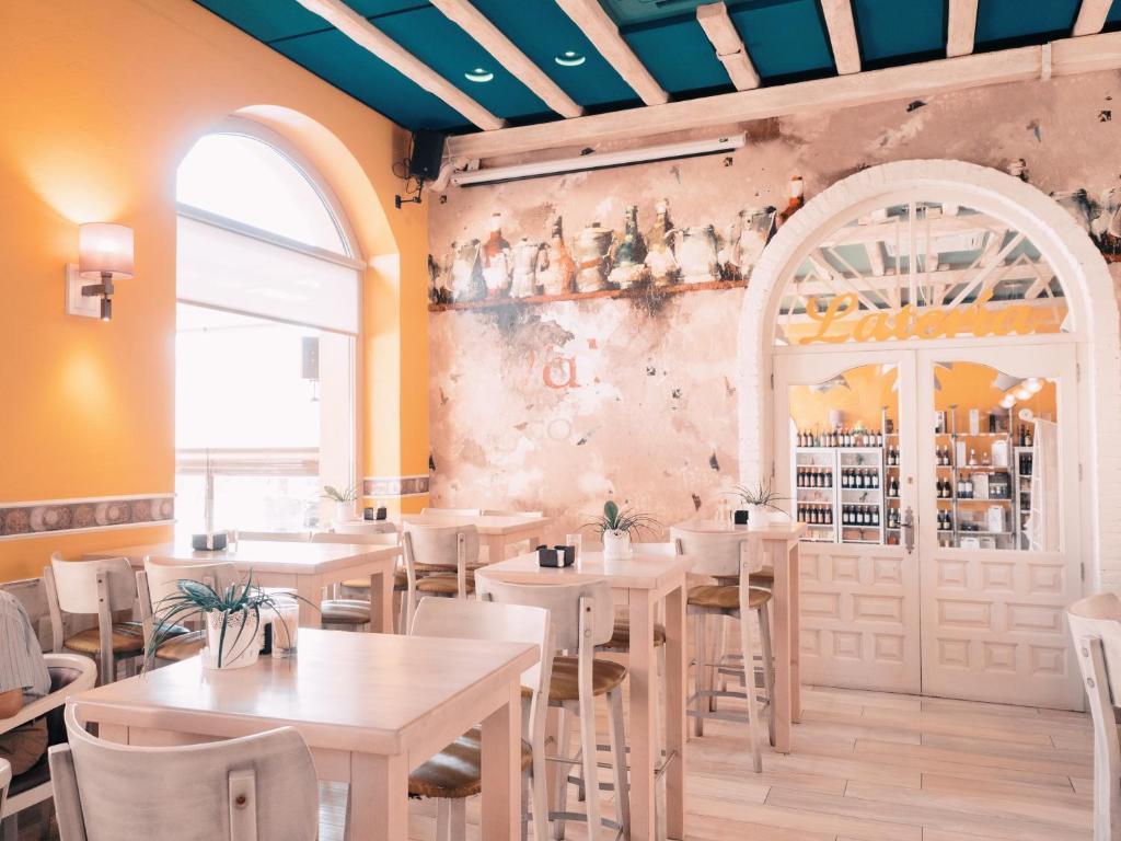 Un restaurante o sitio para comer en Hotel Los Toreros