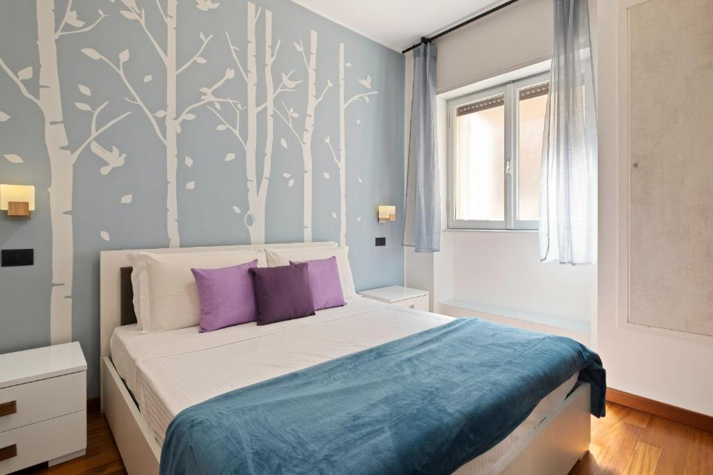 A bed or beds in a room at Stylish 3 bed flat - up to 7 guests - San Giovanni