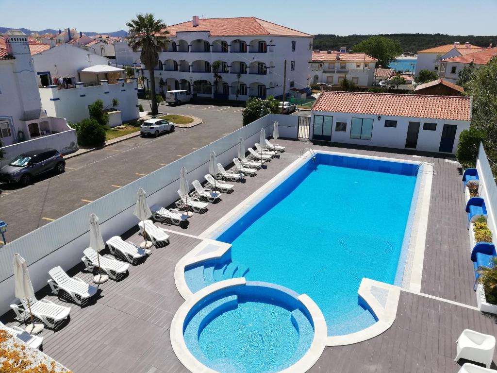 Ein Blick auf den Pool von der Unterkunft Hotel Eira Da Pedra oder aus der Nähe