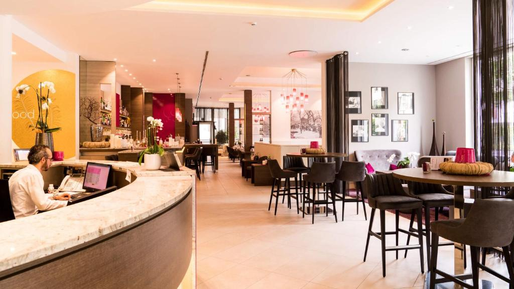 A restaurant or other place to eat at City Hotel Merano