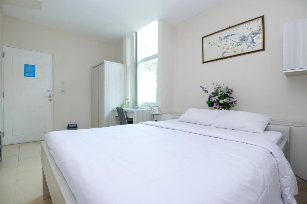 Tempat tidur dalam kamar di Wisma Blossom Resident Blok M