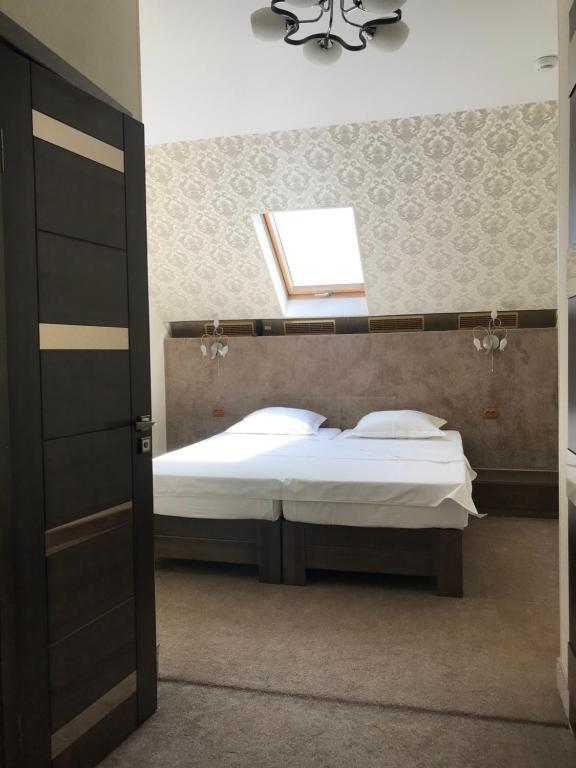 A bed or beds in a room at Guest House Aviator