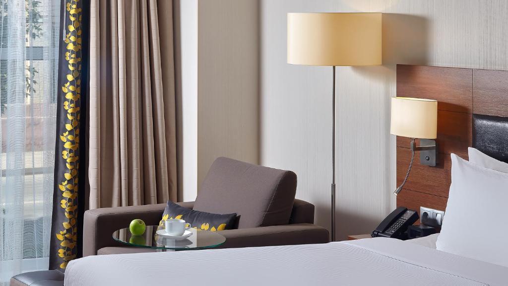 Кровать или кровати в номере Хилтон Гарден Инн Калуга