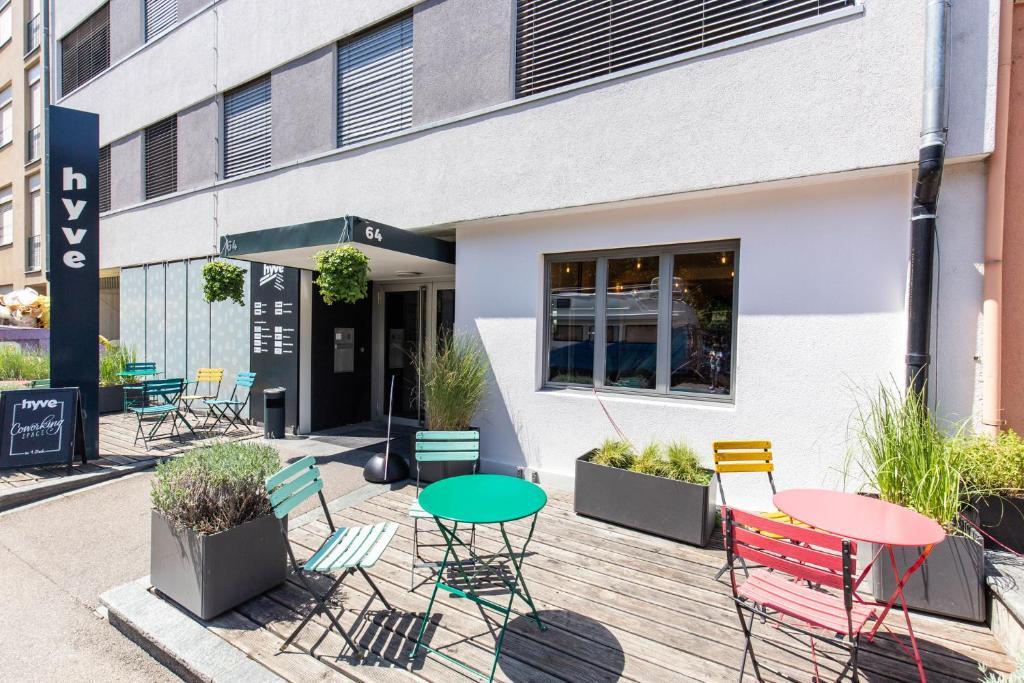 Hyve Hostel Basel的戶外休息區或室外區