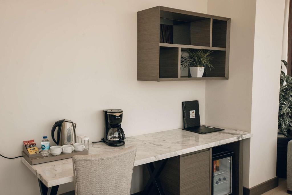 Кухня или мини-кухня в Hilly Hotel