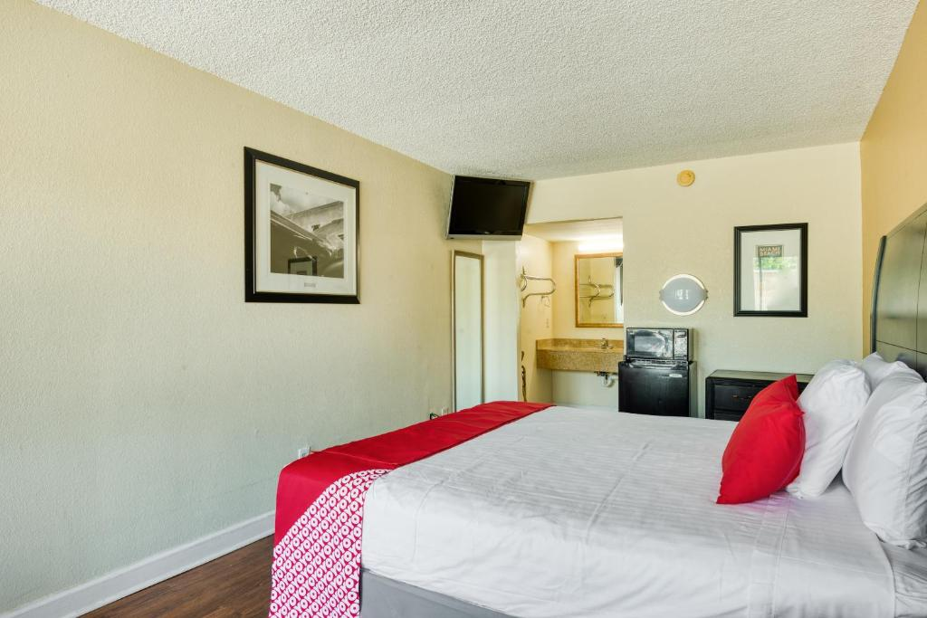 A bed or beds in a room at Hotel Belair Orlando Near Florida Mall