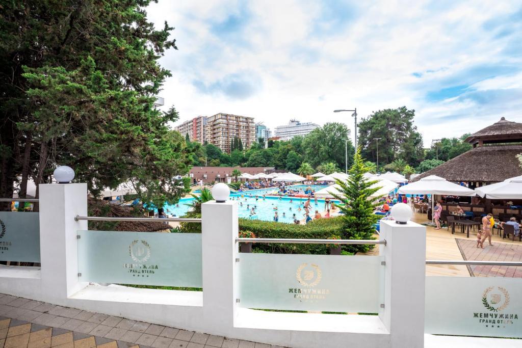 Вид на бассейн в Гранд Отель «Жемчужина» или окрестностях
