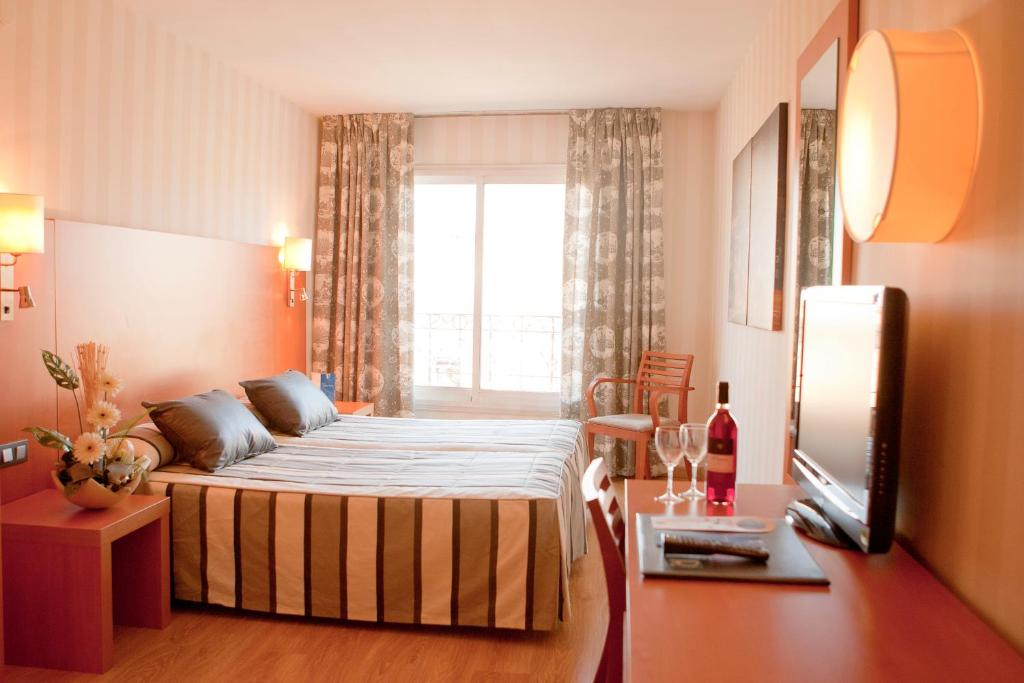 A bed or beds in a room at Ramblas Hotel