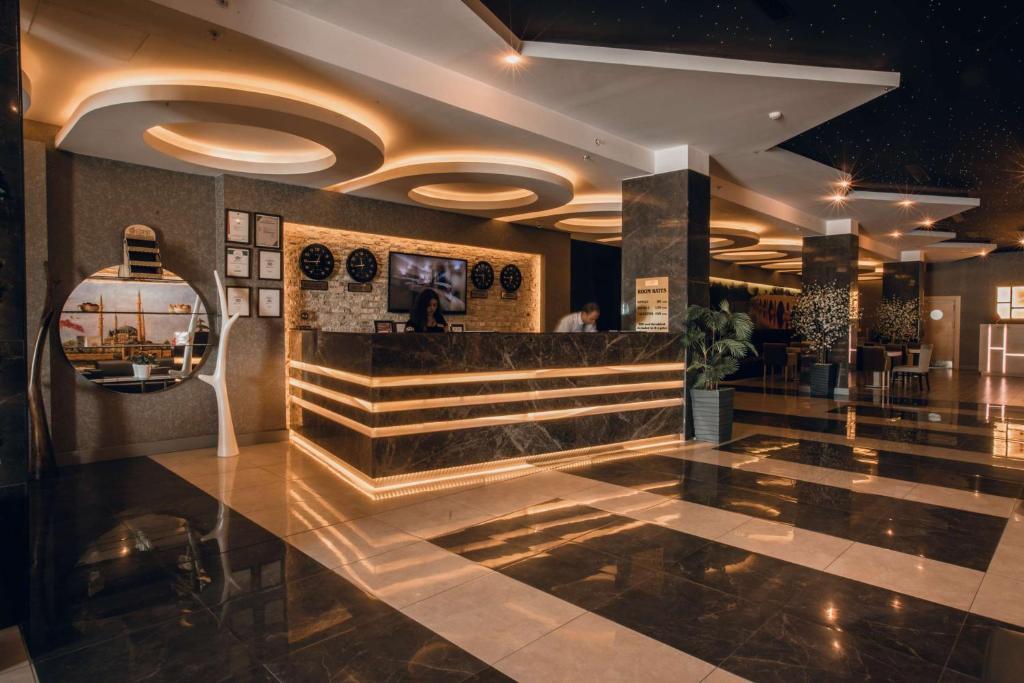Лобби или стойка регистрации в Hilly Hotel