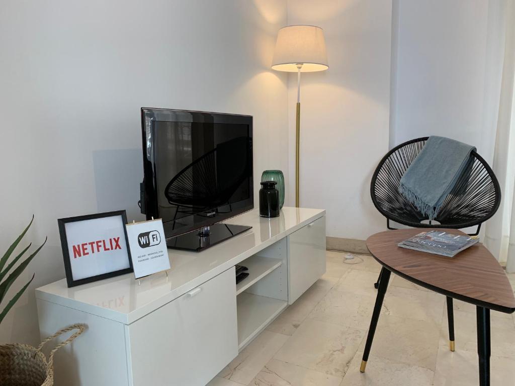 A television and/or entertainment center at ¡Te sentirás como en casa! #1st