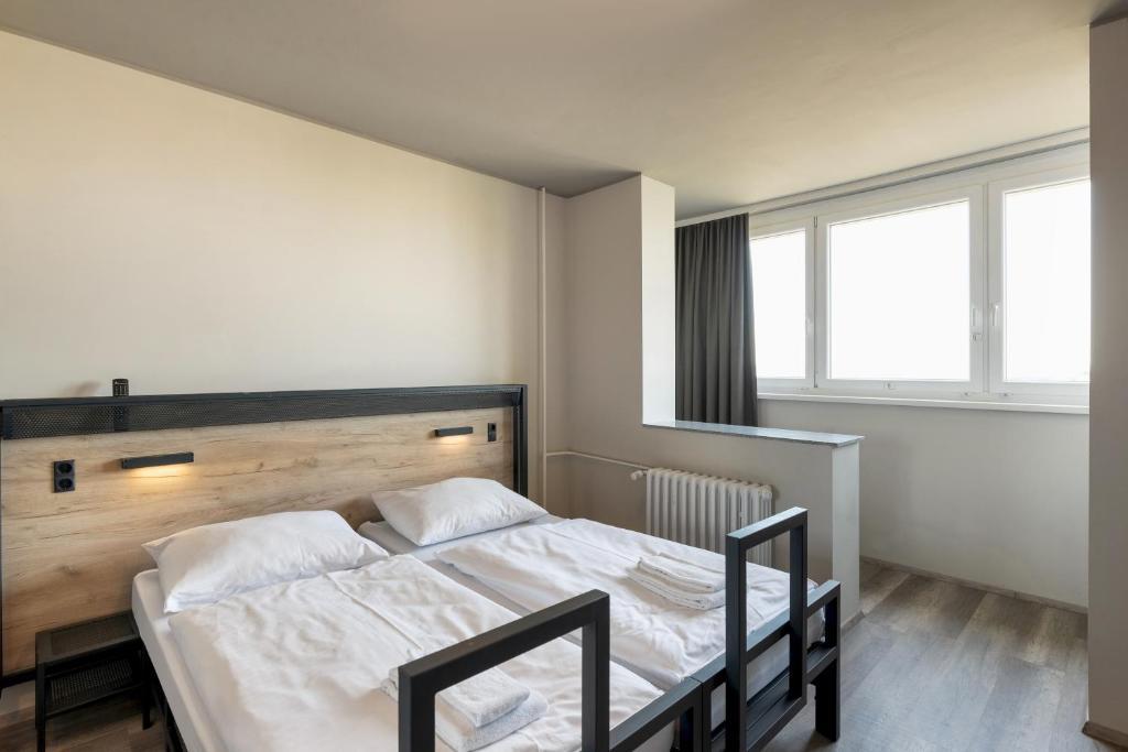 Ein Bett oder Betten in einem Zimmer der Unterkunft a&o Prague Metro Strizkov