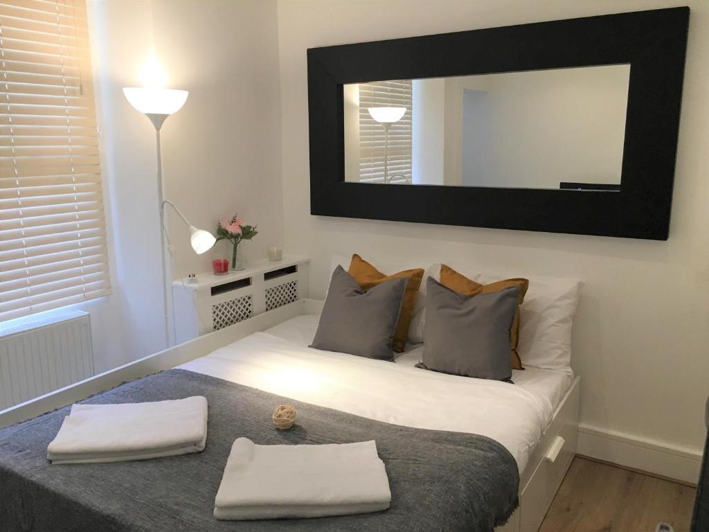 Llit o llits en una habitació de Bright Studio Flat in Pimlico-Victoria