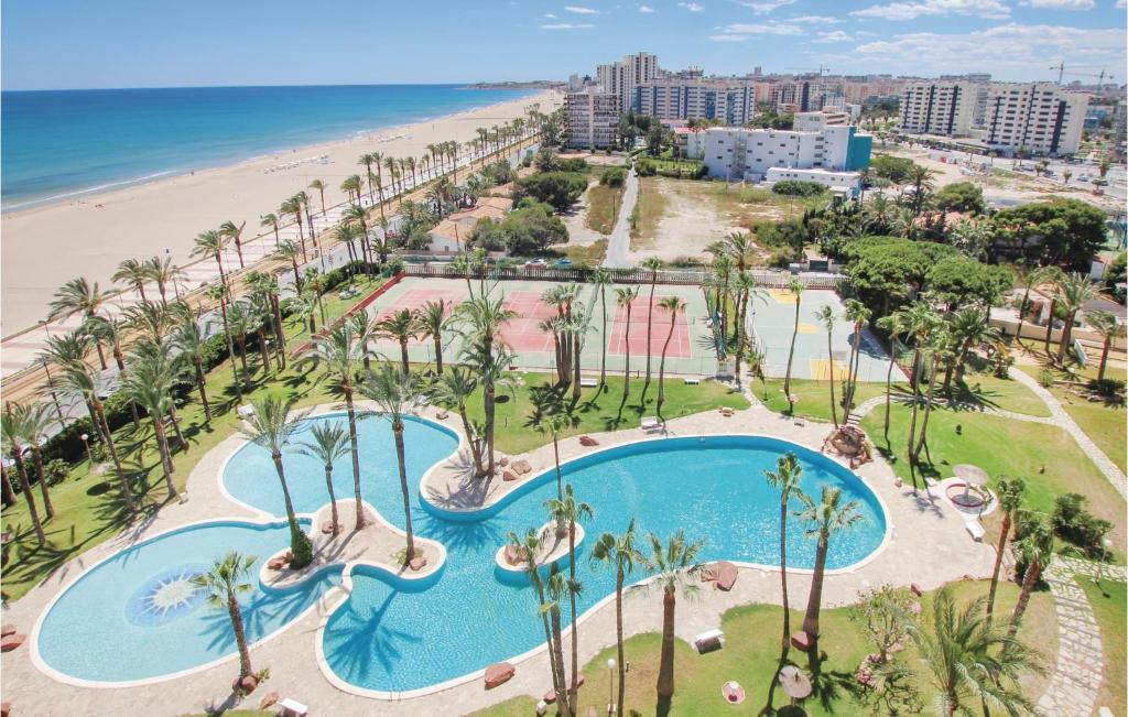 Vista de la piscina de Three-Bedroom Apartment in El Campello o alrededores