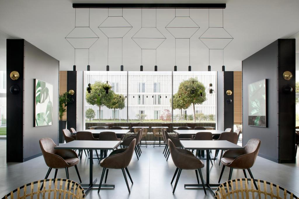 A restaurant or other place to eat at J Hotel
