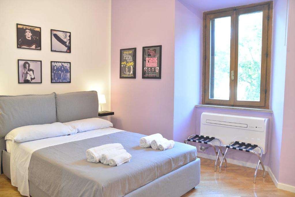 A bed or beds in a room at All You Need is Rome Guesthouse